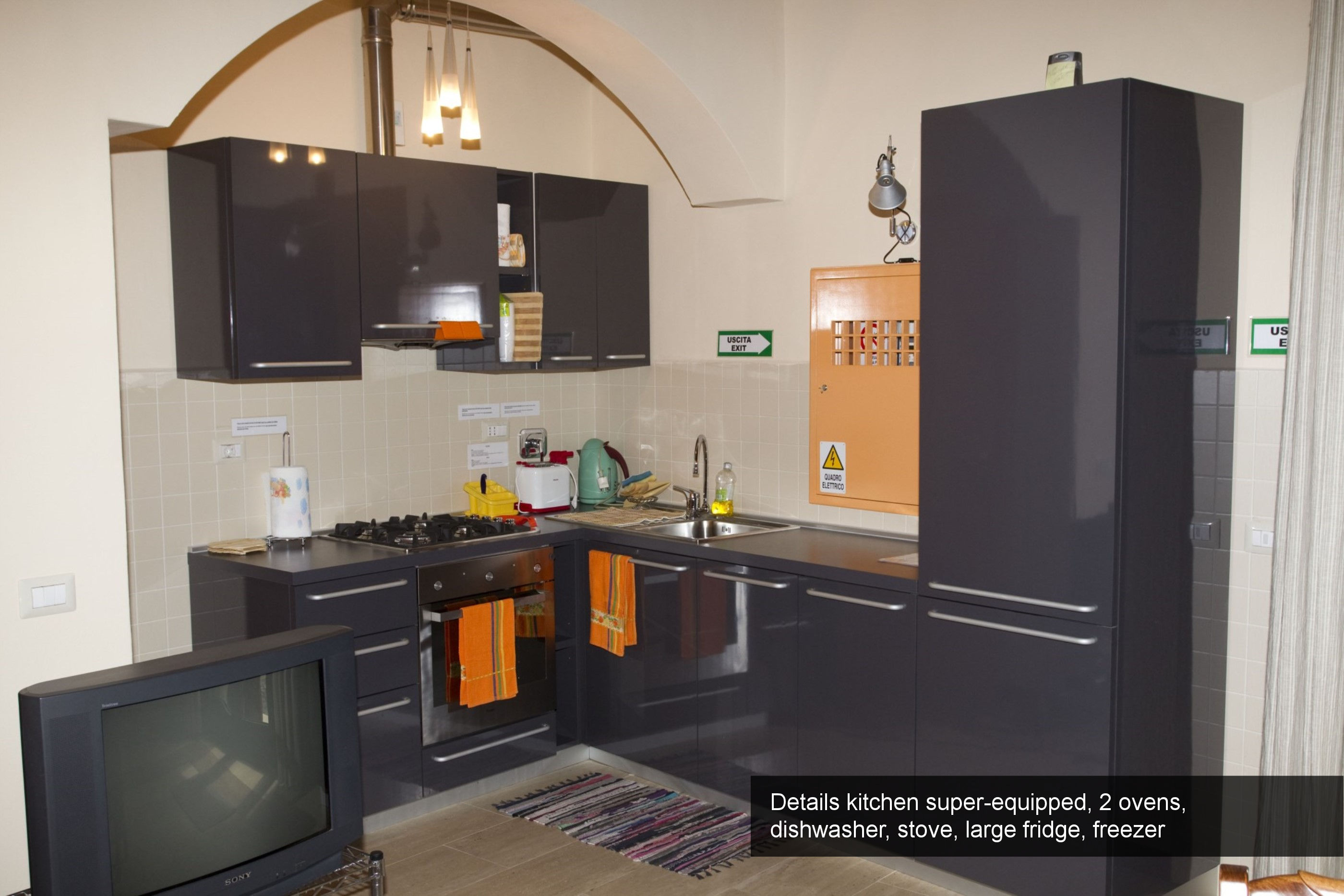 5) details kitchen super-equipped, 2 ovens, dishwasher, stove, large fri...